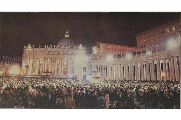 Frente a las ventanas de los aposentos de Juan Pablo II, entre lágrimas y oraciones, personas de todo el mundo pasaron en vigilia el 2/4/2005. (Foto: Hemeroteca PL)