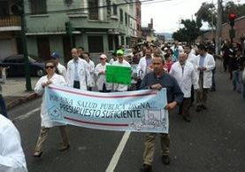 """Médicos del Hospital San Juan de Dios efectúan una caminata denominada """"Por una salud pública digna"""". (Foto Prensa Libre: Erick Ávila)"""