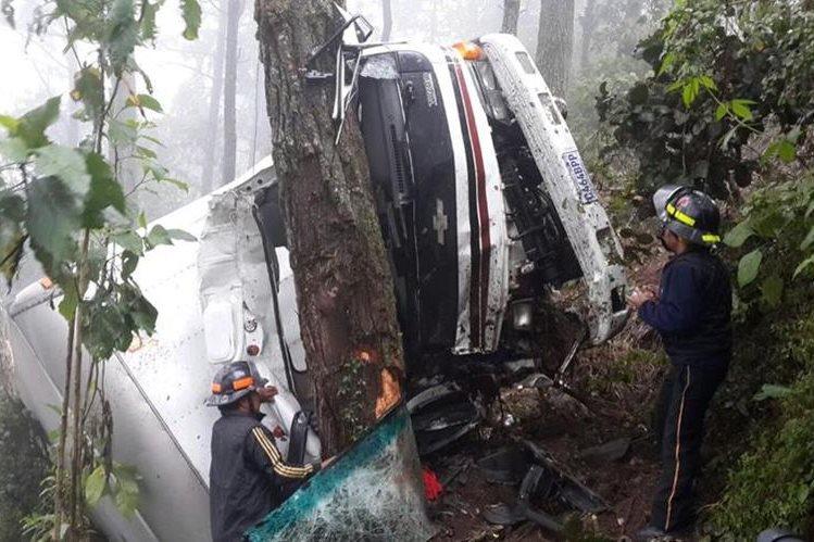 Bomberos rescatan a pasajeros de un camión que cayó a un barranco en la ruta Interamericana. (Foto Prensa Libre: Bomberos Voluntarios)