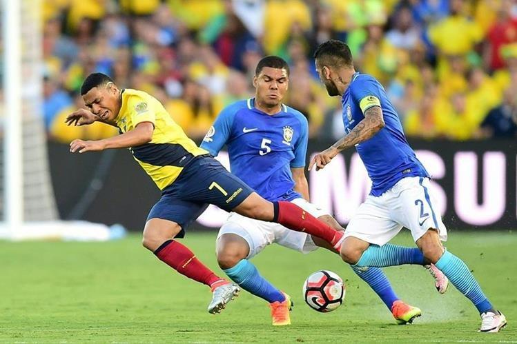 Acción durante el partido entre Brasil y Ecuador, que terminó sin goles. (Foto Prensa Libre: AFP)