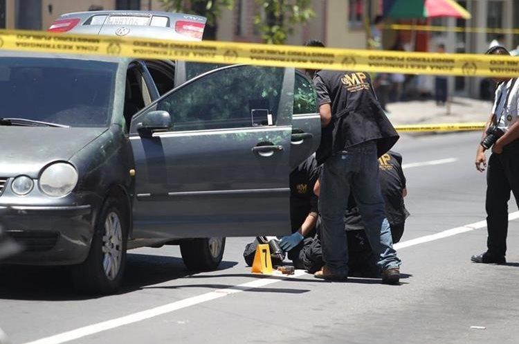 MP y PNC inspeccionan vehículo que habría sido abandonado por sicario en la 7a. av. y 13 calle de la zona 11.