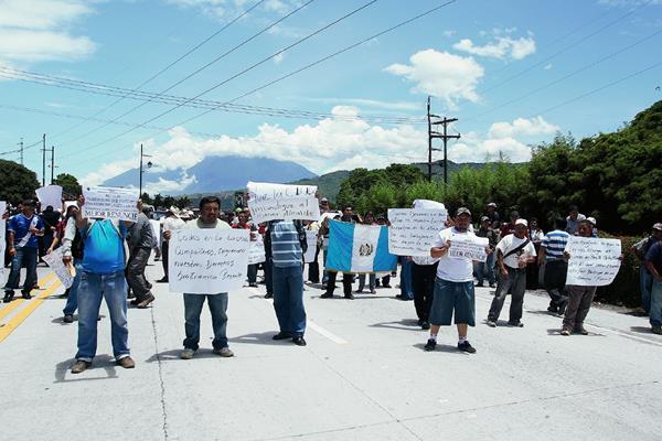 Los trabajadores inconformes bloquean el paso hacia la Antigua Guatemala, por la bajada de Las Cañas. (Foto Prensa Libre: Miguel López)
