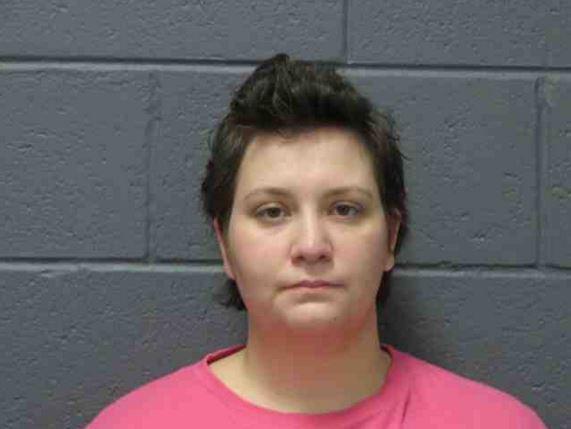 Mary Bennett después de ser procesada ahora enfrenta cargos por falsificación y robo. (Foto: wsbtv.com).