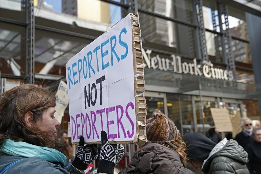 Varias personas se concentran frente al edificio del The New York Times en Nueva York. (Foto Prensa Libre: AP).