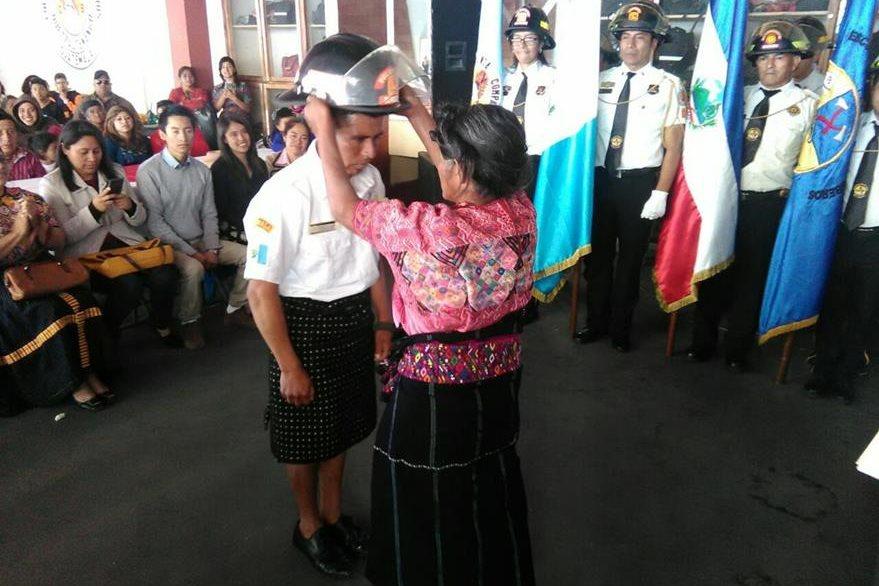 Madre de Francisco participa en el acto de graduación que se llevó a cabo en la Quinta Compañía de Bomberos Voluntarios, en Xela. (Foto Prensa Libre: Cortesía).