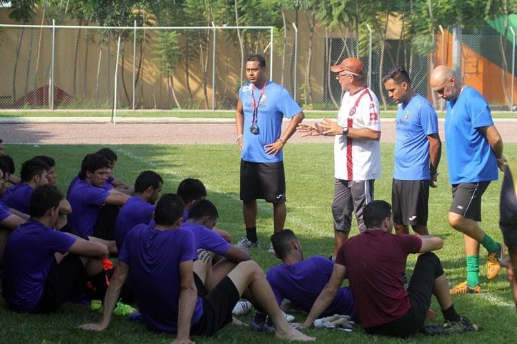 El técnico Ariel Sena habla con los jugadores durante el entrenamiento efectuado este lunes en el estadio David Cordón Hichos. (Foto Prensa Libre: Hugo Oliva).