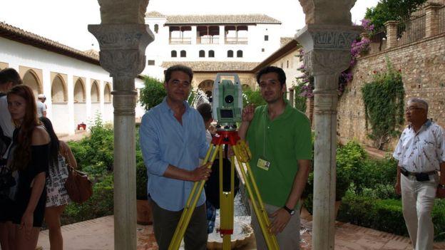 Juan Castilla (izquierda) lideró un trabajo de 12 años para catalogar e interpretar los grabados de la Alhambra. Uno de los instrumentos más utilizados para esta labor fue el taquímetro. AGRADECIMIENTO A JUAN CASTILLA