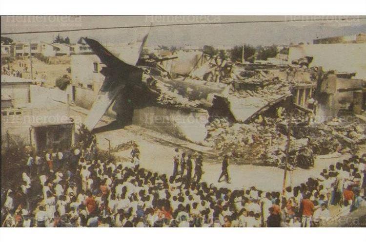 El desastre aéreo abarcó un área de aproximadamente diez cuadras a la redonda. La gráfica muestra una vista panorámica del lugar. 5/5/1990 (Foto: Hemeroteca PL)