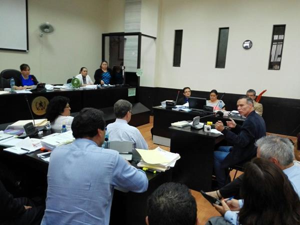 Juan de Dios Rodríguez sentado en el banquillo de los acusados brinda su primera declaración. (Foto Prensa Libre: E. Bercián)
