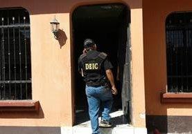 Agentes del Comando Antisecuestros de la PNC efectúan operativo para liberar a una mujer. (Foto Prensa Libre)