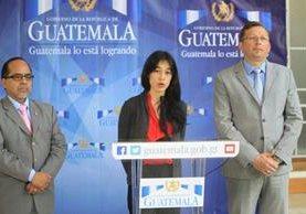 La ministra de Salud Lucrecia Hernández dijo en conferencia de prensa que hoy firmaría el acuerdo para comezar el diálogo con los sindicalistas. (Foto Prensa Libre: Esbin García)