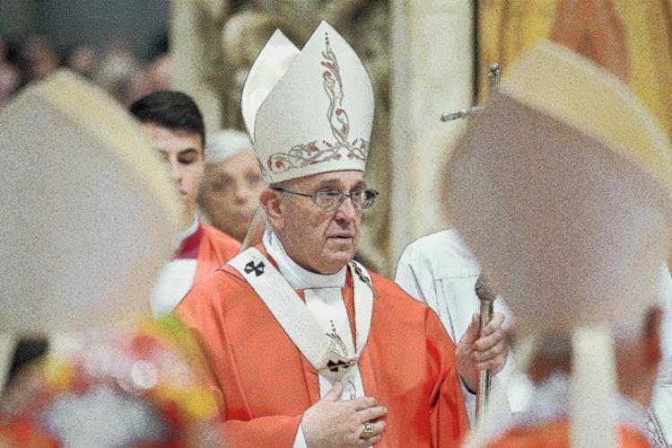 El papa Francisco participa en la misa en la basílica de San Pedro en el Vaticano. (Foto Prensa Libre:AFP)