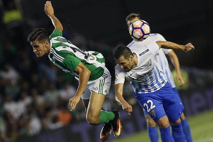 El centrocampista suizo del Málaga Zdravko Kuzmanovic (d) y el defensa del Betis Cristiano Piccini, durante el partido de la sexta jornada de Liga.