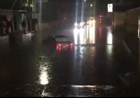 Lluvia causa inundación en Xela, donde un automovilista quedó atrapado. (Foto Prensa Libre: Facebook José Manuel Ralón)