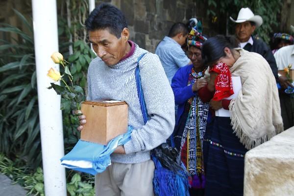 familiares llevan en manos la urna que resguarda las cenizas de Gregorio Can Escún.