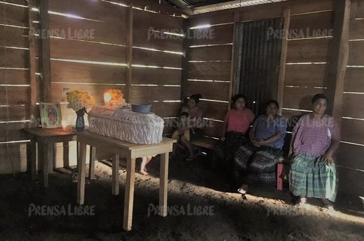 Algunos familiares y vecinos asisten al velatorio de Ludvin Bernal Tiul Chacach. (Foto Prensa Libre: Eduardo Sam)