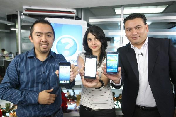 Expertos muestran los dispositivos  iPhone 5,  Optimus 4X HD  y Galaxy S III, durante El Consultorio.