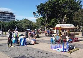 Vendedores informales se encuentran en la Plaza de la Constitución ofreciendo diferentes productos y comida. (Foto Prensa Libre: Natiana Gándara)