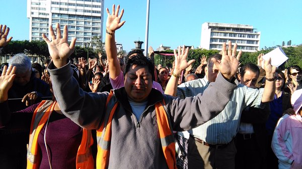 Guatemaltecos oran por el bienestar del país. (Foto Prensa Libre: Urías Gamarro)