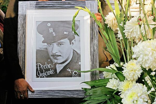 Fotografía de Pedro Infante durante un homenaje en su tumba. Año 2007. Foto: AFP