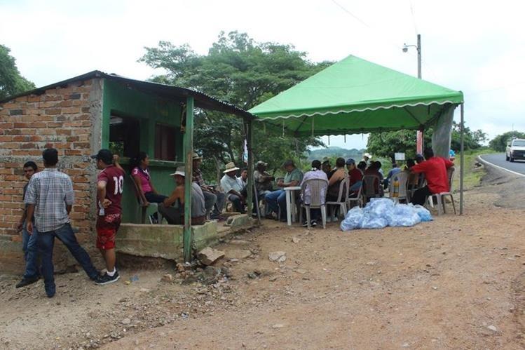 Un grupo de inconformes permanece en el ingreso a la finca en Quesada, Jutiapa. (Foto Prensa Libre: Óscar González).
