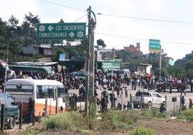 Bloqueo en aldea Los Encuentros, ruta Interamericana. (Foto Prensa Libre: Ángel Julajuj)