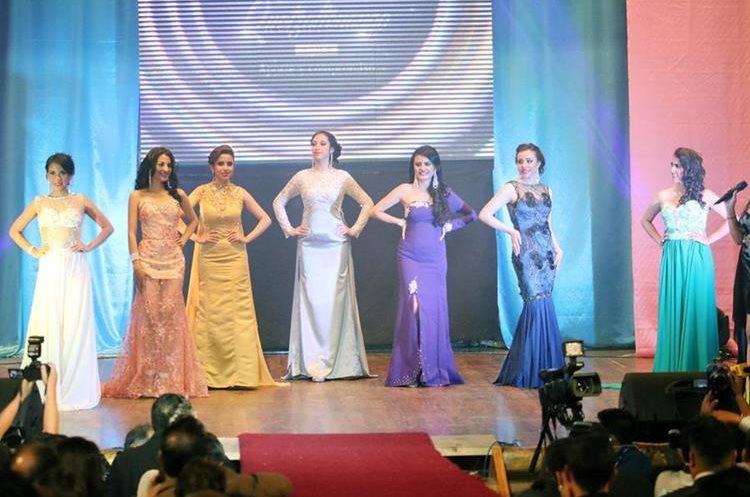 Participantes lucen vestido de gala durante elección.