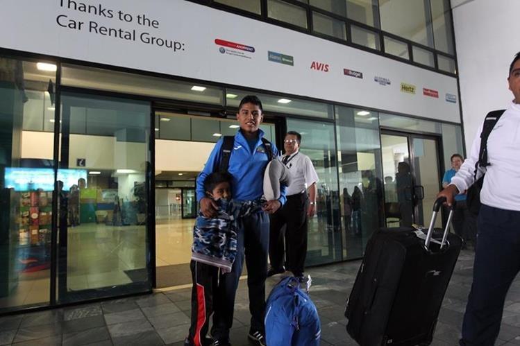 José Eduardo Ortiz a su regreso a Guatemala después de conquistar el quinto lugar en el Mundial de Marcha Sub 18 realizado en Nairobi, Kenia. (Foto Prensa Libre: Jorge Ovalle).