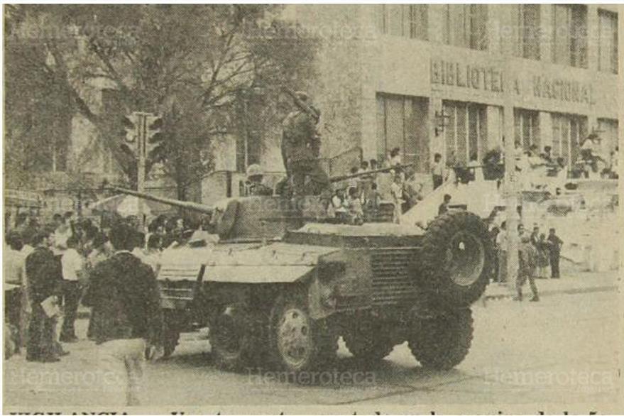 Tanques frente a la Biblioteca Nacional, el 23 de marzo de 1982. (Foto: Hemeroteca PL)