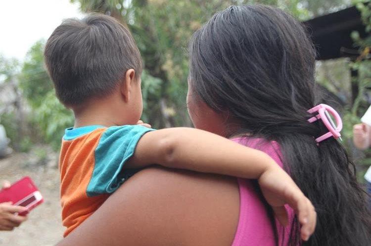 Yackelin vive en la aldea Brasilar, San Manuel Chaparron, cuida de su hijo y aunque lo intentó, no pudo seguir estudiando. (Foto Prensa Libre: Erick Avila).