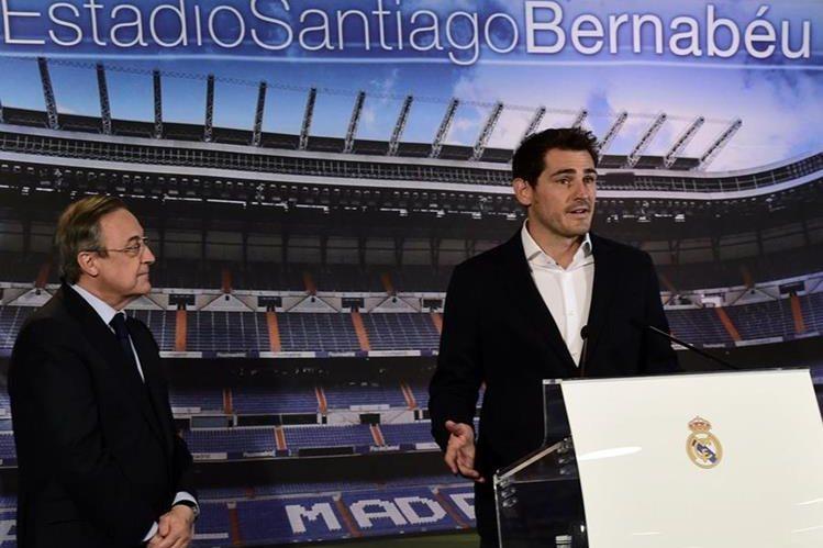Florentino Pérez observa al ex capitán del Real Madrid durante un acto de despedida este lunes. (Foto Prensa Libre: AFP)