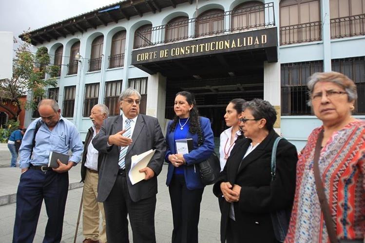 Sergio Morales, de saco gris, junto a pacientes luego de presentar el amparo ante la CC el pasado miércoles. (Foto Prensa Libre: Hemeroteca PL)