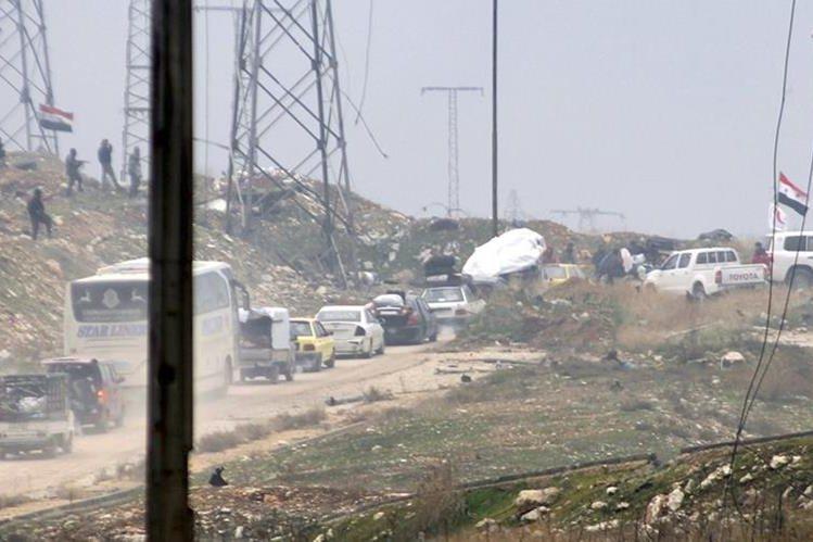 Un convoy de vehículos de rebeldes vuelve a los barrios del este de Alepo. (Foto Prensa Libre: EFE).