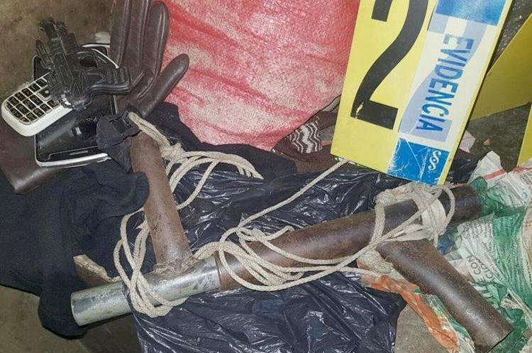 Agentes de la PNC decomisaron armas de fuego y gasolina de contrabando. (Foto Prensa Libre: Mike Castillo)