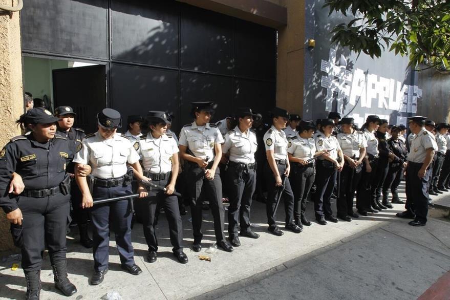 La Policía Nacional Civil resguarda los accesos al Congreso de la República en medio de la sesión para aprobar el Presupuesto 2017. (Foto Prensa Libre: Paulo Raquec)