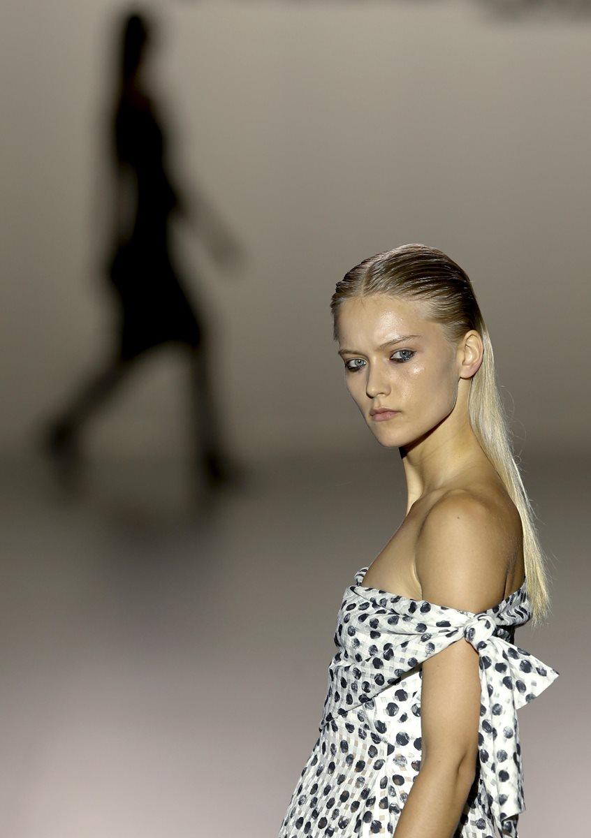 Una modelo luce una creación del diseñador Roberto Torretta (Foto Prensa Libre: EFE)