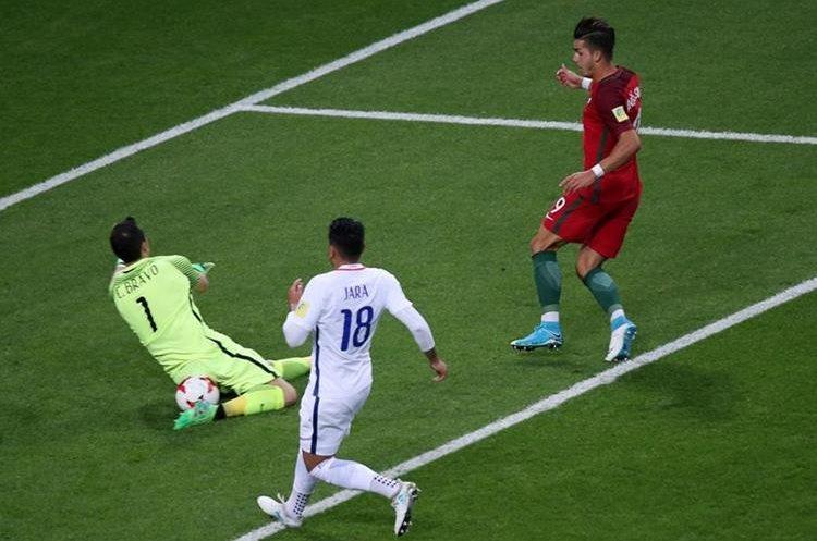 Andre Silva falla en el mano a mano contra el portero Claudio Bravo en los primeros minutos del juego.
