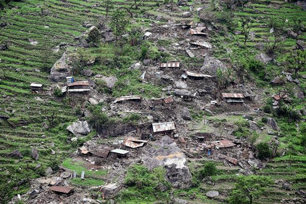 Casas dañadas se ven desde un helicóptero del Ejército de la India después del terremoto en Gorkha. (Foto Prensa Libre:AFP)