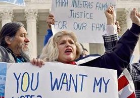 Activistas protestan en Estados Unidos contra las redadas que afectan a centroamericanos.