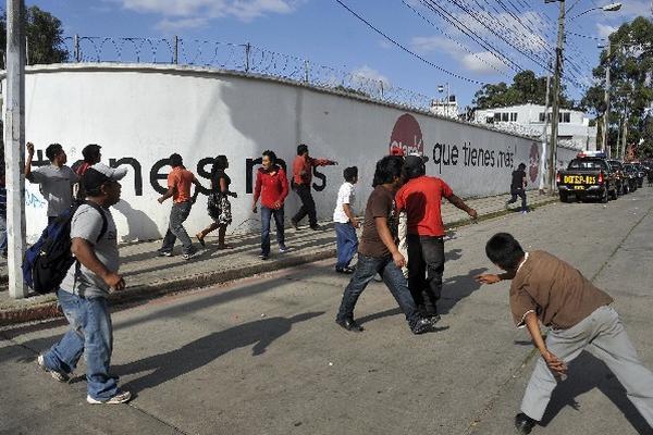 Supuestos vendedores lanzan piedras a un grupo de policías que capturó a una persona en la zona 7.
