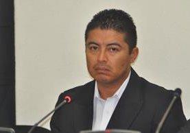 Juan Carlos García, sindicado de actos anómalos, escucha la decisión del juzgado, en Quetzaltenango. (Foto Prensa Libre: María José Longo).