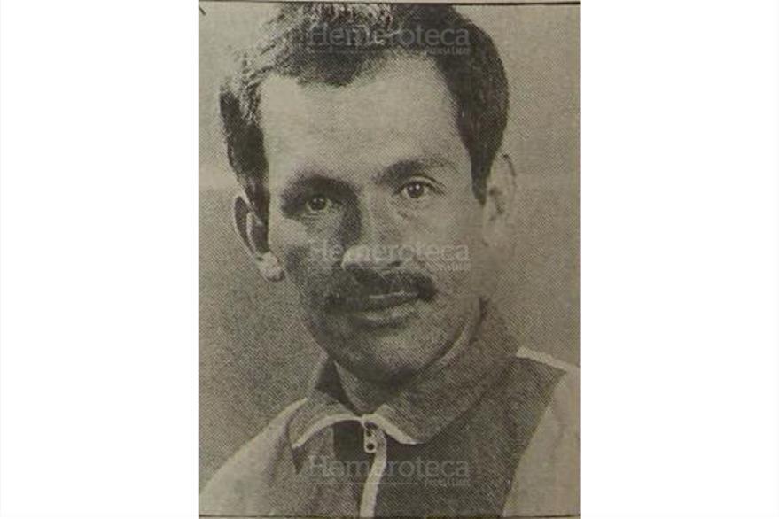 El ciclista jalapaneco Edin Roberto Nova Escobar asesinado en Monjas, Jalapa, el 16/8/1994. (Foto: Hemeroteca PL)