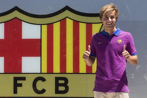 El centrocampista del FC Barcelona, Sergi Samper, posa para los medios de comunicación después de firmar su contrato de renovación con el primer equipo (Foto Prensa Libre: EFE)