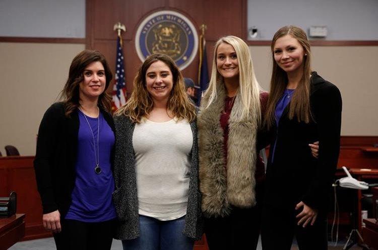 Las gimnastas Larissa Boyce, Alexis Alvarado, Christine Harrison y Jessica Smith quienes fueron víctimas de Nassar, estuvieron presentes en el juicio.  (Foto Prensa Libre: AFP)