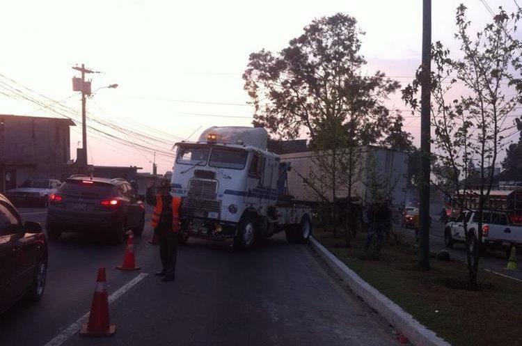 Grúa retira tráiler se estrelló en el kilómetro 20 de la ruta Interamericana, lo que complicó el paso de vehículos hacia la capital. (Foto Prensa Libre: Provial)