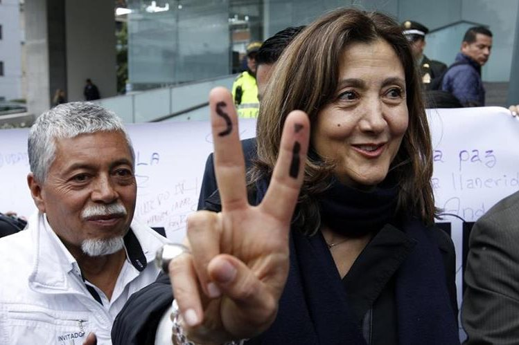 """La excandidata presidencial colombiana Íngrid Betancourt (d) lleva la palabra SÍ píntada en sus dedos, al finalizar el foro """"La Reconciliación, más que realismo mágico"""" en Bogotá. (Foto Prensa Libre: EFE)."""