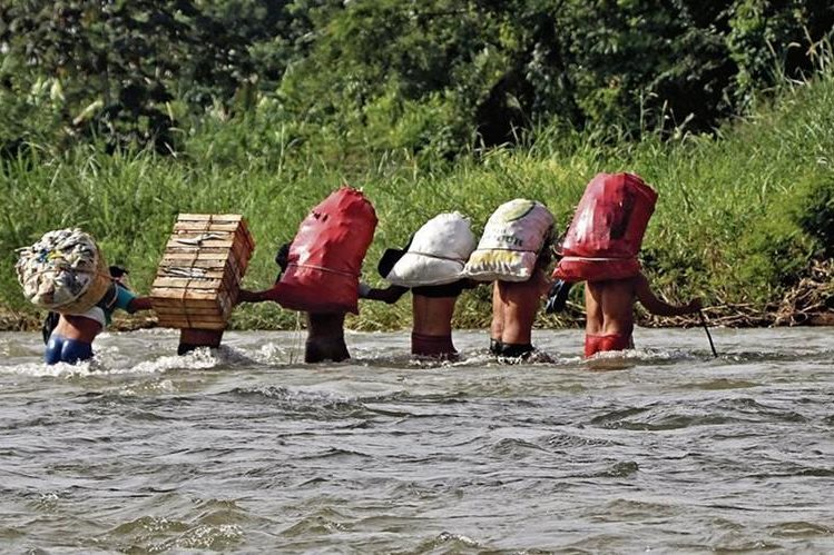 El traslado de personas y mercadería en balsas o a través de una garrucha, como muestra la imagen, es constante en el río Suchiate, en la frontera El Carmen, Malacatán, San Marcos, y en Talismán, Tapachula, Chiapas, México. (Foto Prensa Libre: Whitmer Barrera)