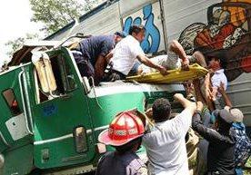 Piloto se salva de morir al quedar prensado en cabina de trailer