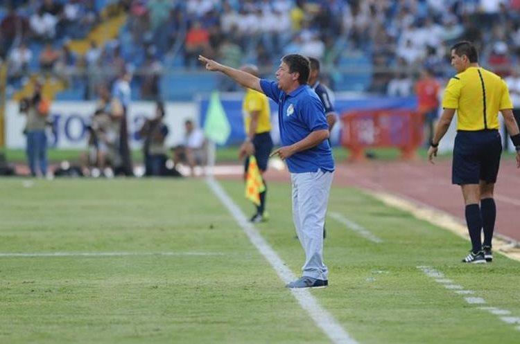 El técnico colombiano de Panamá, Hernán Gómez, da instrucciones desde su área técnica. (Foto Prensa Libre: Fifa)