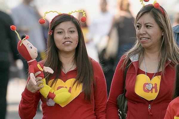 """<p>Fanes de Chespirito acuden al Estadio Azteca interpretando a los famosos personajes del comediante (Foto: AFP).<br _mce_bogus=""""1""""></p>"""